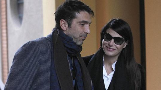 Gigi Buffon a jeho přítelkyně Ilaria si odnášejí z porodnice syna.