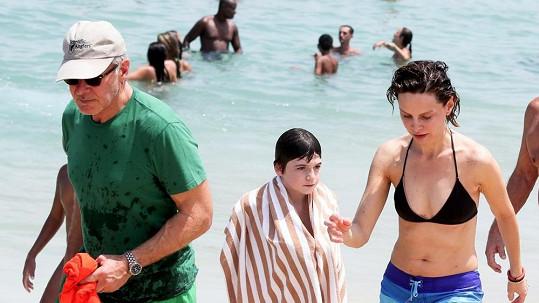 Harrison Ford a jeho žena Calista na přeplněné pláži v Rio de Janeiru.