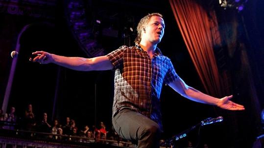 Dan Reynolds na pódiu překypuje pozitivní energií. V soukromí je to uzlíček nervů.