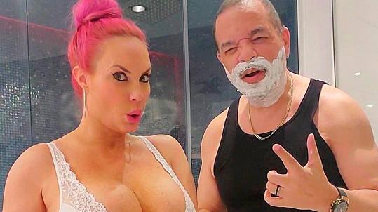 Coco Austin s manželem předvedli, jak u nich probíhá holení.