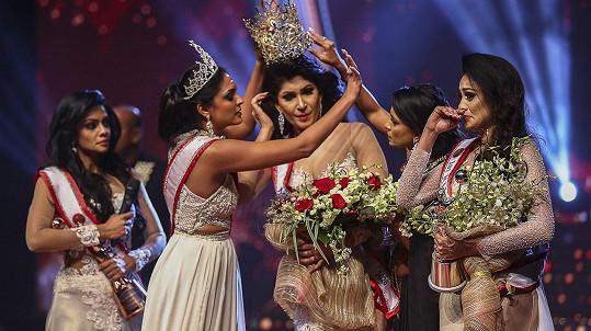 Okamžik, kdy Caroline Jurie (druhá zleva) stahuje vítězce Mrs. Srí Lanka korunku z hlavy.