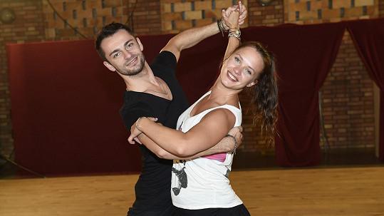 Když Kristýna Leichtová slyší hudbu, tak prý tancuje....