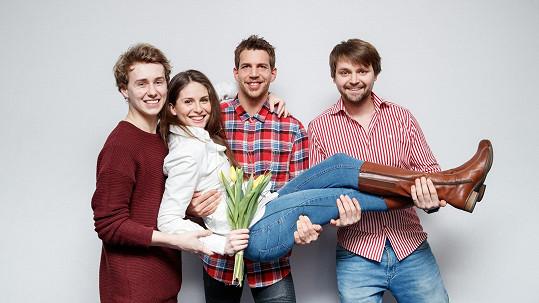 Betka Bartošová v náruči svých muzikálových kolegů