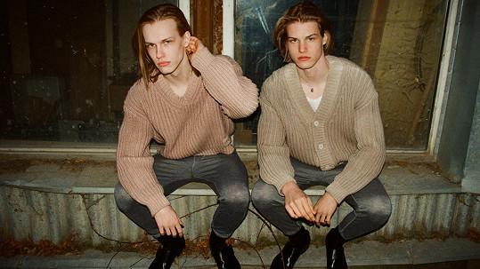Díky stejným rysům a účesu vypadají jako dvojčata.