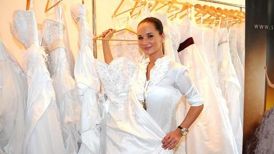 Sandra Nováková vybírá svatební šaty.