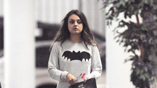 Mila Kunis v přestrojení za školačku?
