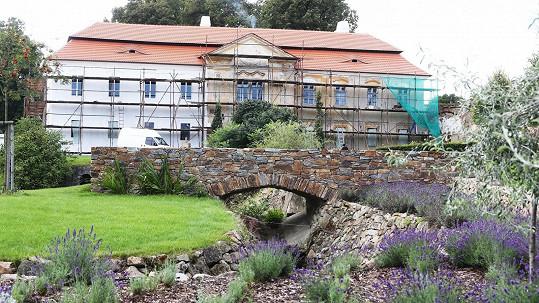 Takhle vypadá nádvoří Rodenova panství, které se rekonstruuje.