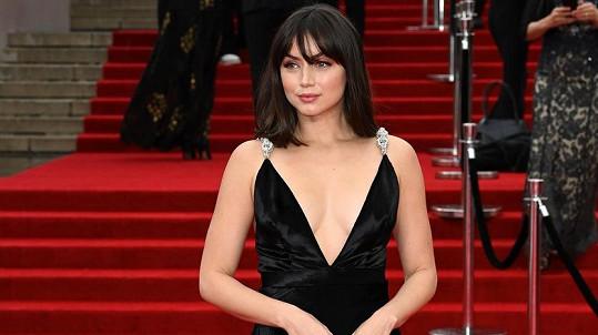 Krásná Bond girl Ana de Armas na premiéře Není čas zemřít