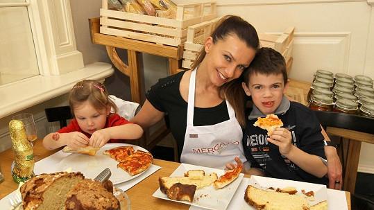 Alice Bendová s dětmi.