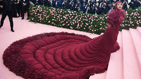 Cardi B vynesla šaty s třímetrovou vlečkou.