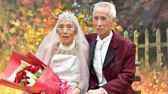 Senioři se konečně dočkali svatebních fotografií...