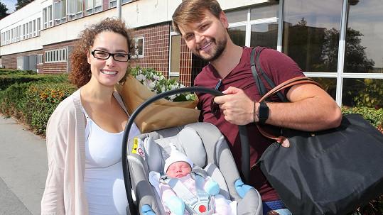 Šťastní rodiče Pepa a Marlene si odvážejí dcerku Amelii z porodnice.