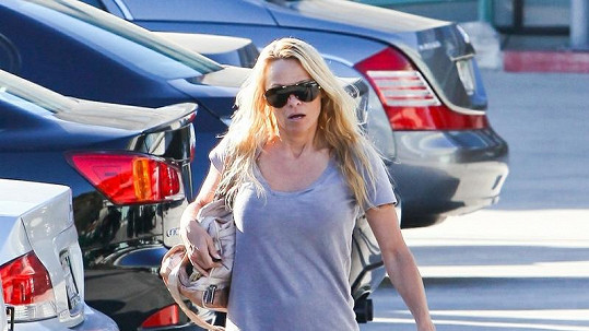 Pamela Anderson se vydala na nákupy bez bot.