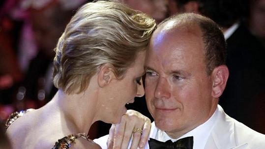 Monacký princ Albert II. se věnoval pouze své krásné ženě.