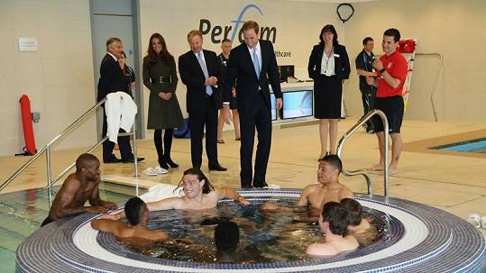 Kate a princ William obdivovali technické vymoženosti nového fotbalového centra.