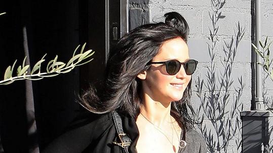 Jennifer Lawrence s tmavými vlasy.