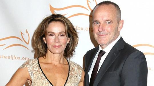 Jennifer Grey se rozvádí s Clarkem Greggem.