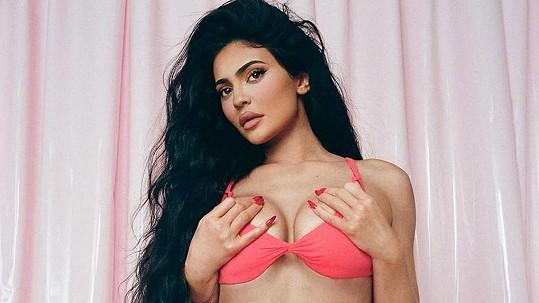 Kylie Jenner čeká miminko.