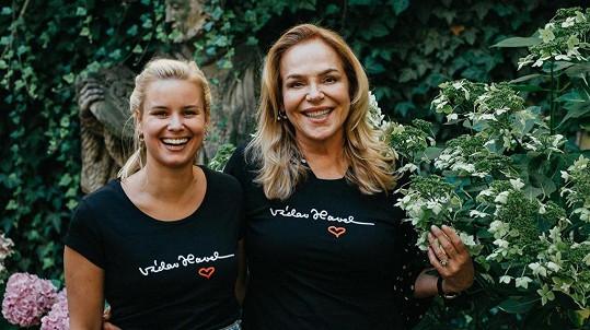Dagmar Havlová a Patricie Pagáčová v tričkách s podpisem Václava Havla