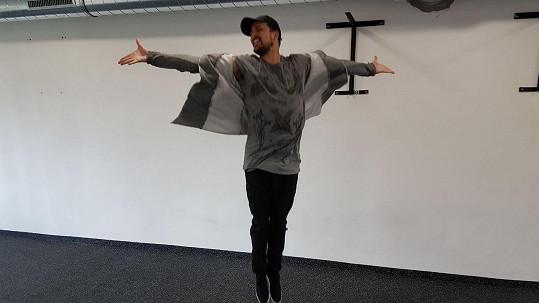 Radim Schwab zkouší baletní pózy a krok.