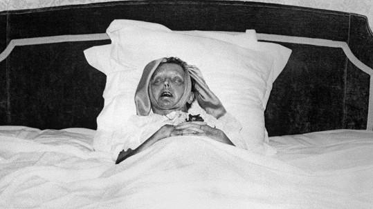 Edith Piaf na smrtelné posteli. Bylo jí pouhých 47 let.