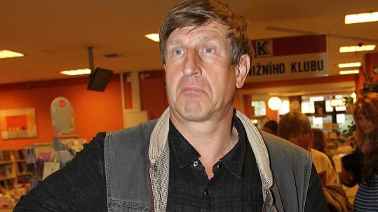 Václav Vydra musí kvůli zranění nohy rušit představení.