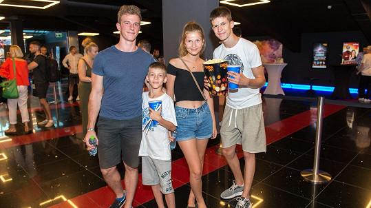 Přítel Tamary Benjamin, Marko, Tamara a Timur Kramárovi (zleva)