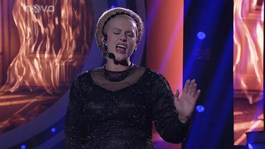 Muzikálový zpěvák jako zpěvačka Adele