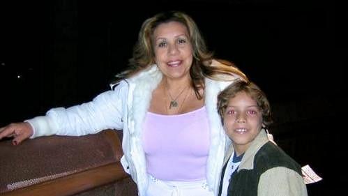 Patty se synem, který se narodil po romanci s Arniem.