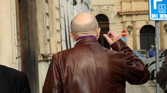 Petr Nárožný má v zátylku podivný fialový obdélník.