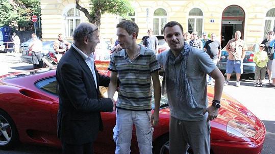 Leoš Mareš s Michelem Fleischmannem předali vůz Ondřeji Pacholíkovi.