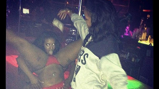 Rihanna platí rozdivočelým striptérkám.