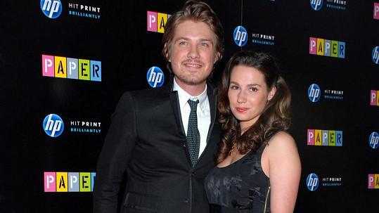 Taylor Hanson a jeho žena Natalie čekají sedmé dítě.