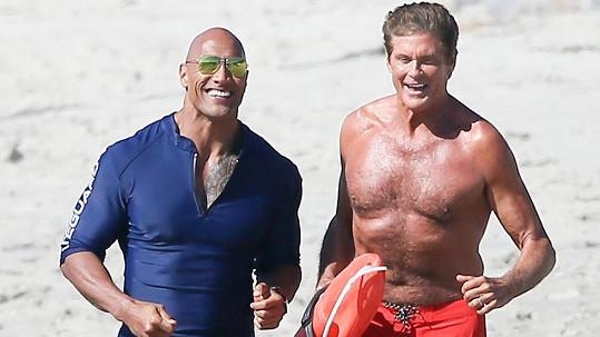 Dwayne Johnson a David Hasselhoff se sešli na natáčení nově zfilmované Pobřežní hlídky.