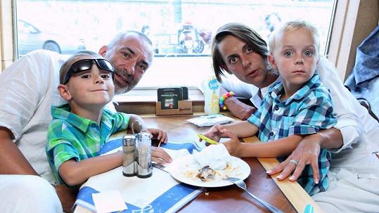 Petr Vacek s manželkou a syny