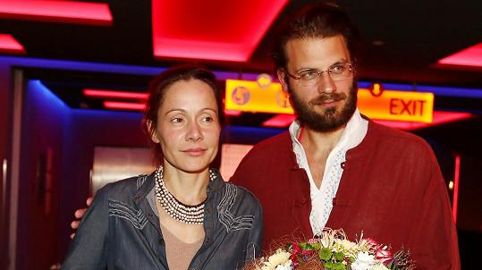 Petr Svoboda s manželkou Lucií na premiéře jejich filmového počinu Pírko. Lucia film režírovala i si v něm zahrála.