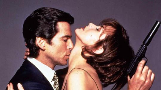 Pierce Brosnan a Izabella Scorupco ve Zlatém oku
