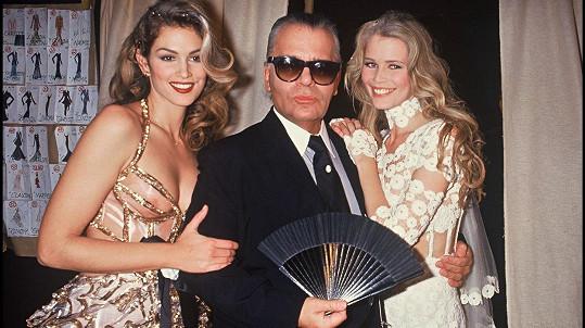 Karl Lagerfeld prožil život v obležení krásných žen. Na snímku se Cindy Crawford a Claudií Schiffer (zleva)