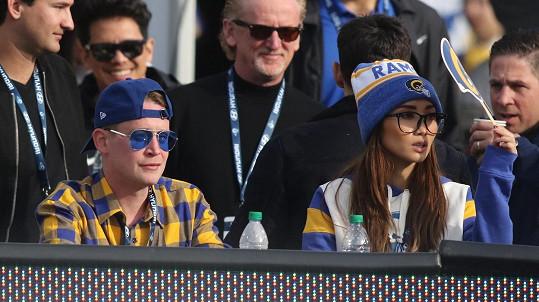 Macaulay Culkin vyrazil s Brendou Song na zápas Rams.