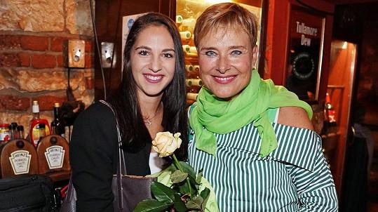Marie Retková si vyšla do společnosti s dospělou vnučkou.