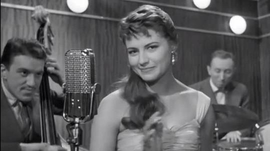 Poznáte slavnou hlasatelku, která si ve filmu Jiřího Krejčíka Probuzení zahrála zpěvačku?