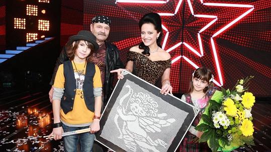 Lucie Bílá s obrazem anděla, bubeníkem Andrejem, jeho otcem a sestrou.