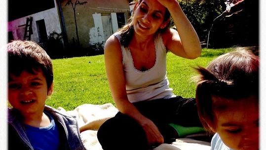 Evě a jejím dětem hrozí, že budou bydlet ve stanu.