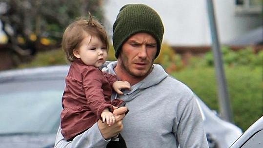 Hrdý otec David s dcerkou Harper Seven.