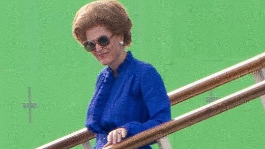 Gillian Anderson jako seriálová Margaret Thatcherová