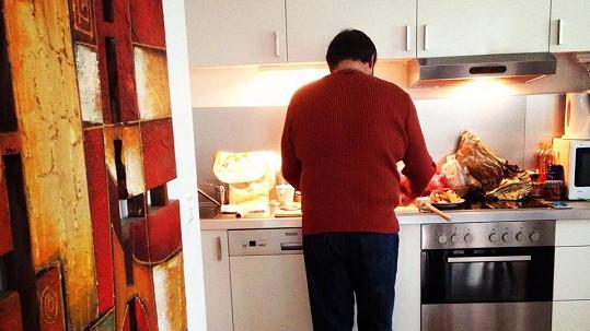 Pepa Kokta v kuchyni, dozoruje Quentin