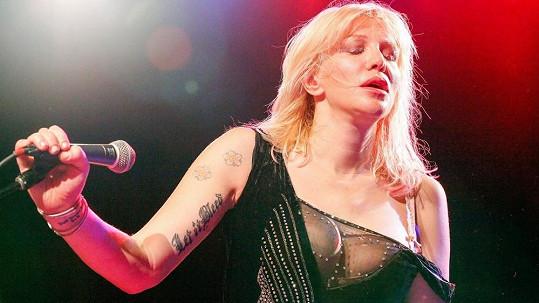 Kapela Hole vyjela na turné a frontmanka Courtney Love vystoupení prožívala naplno.