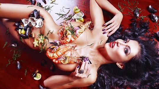 Modelka si nechala ňadra obložit mořskými potvorami a klín ji kryly mušle.