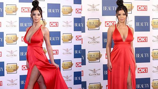 V Londýně byla Demi Rose k nepřehlédnutí v nádherných červených šatech s hlubokým dekoltem a dlouhým rozparkem.