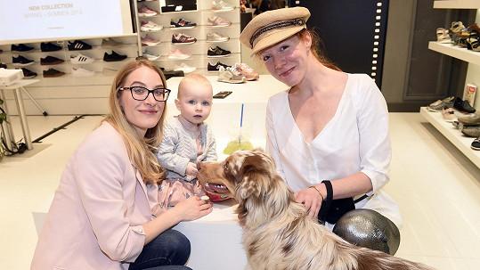 Marie Kružíková vyrazila mezi boty s dcerkou a Nikol Heřmánková zase se štěnětem.